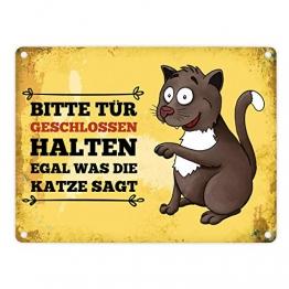 trendaffe - Metallschild mit Katze Motiv und Spruch: Bitte Tür geschlossen halten egal was die Katze SAGT - 1